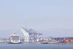 Statek z zbiornikami w schronieniu z żurawiami zbliża nowego York Obrazy Royalty Free