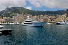 Statek Zakotwiczający w wodniactwo Marina Luksusowy Śródziemnomorski Zdjęcia Royalty Free