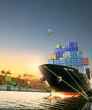 Statek, zbiornika ładunek i pudełko samolot lata nad wysyłką i dokujemy obraz royalty free