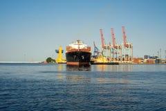 Statek, zbiornika statek cumuje w porcie Obrazy Stock