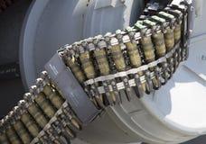 Runda av ammunitionar som laddas in i maskingeväret för 50 kaliber på US-marinjagaren Arkivbild