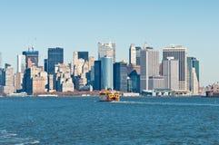 Staten Island Ferry con l'orizzonte di New York Fotografie Stock Libere da Diritti