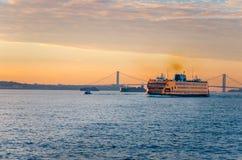 Staten Island Ferry an der Dämmerung Stockfoto