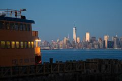 Staten Island Ferry & NYC-horisont Fotografering för Bildbyråer