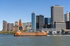 Staten Island Ferry que parte do Lower Manhattan de NYC em um cl Imagem de Stock Royalty Free