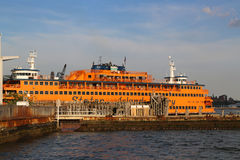 Staten Island Ferry s'est accouplé sur le terminal de Whitehall à Manhattan Photo stock