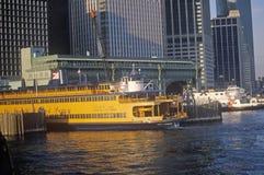 Staten Island Ferry se sienta en su terminal en Lower Manhattan Nueva York Fotografía de archivo