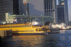 Staten Island Ferry senta-se em seu terminal no Lower Manhattan New York Fotografia de Stock