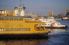 Staten Island Ferry sitter i dess terminal i Lower Manhattan New York Royaltyfria Foton