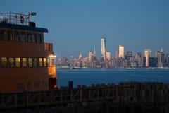 Staten Island Ferry u. NYC-Skyline Stockbild