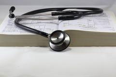 Stathescope de livre de Medcal Images libres de droits