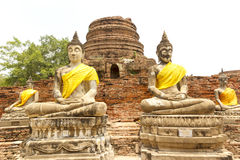 Stati di Buddha al tempio di Wat Yai Chai Mongkol a Ayutthaya vicino a Bangkok, Tailandia Immagine Stock