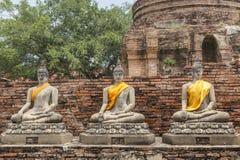 Stati di Buddha al tempio di Wat Yai Chai Mongkol a Ayutthaya vicino a Bangkok, Tailandia Fotografia Stock