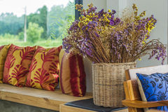 Statice-Blumen im Korb Stockfotografie