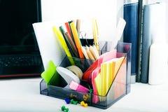 Statiionary met laptop en notitieboekjes, het werkplaats in huis of weg Stock Afbeelding