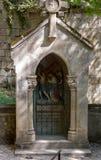 Statinon 5昔兰尼帮助西蒙运载十字架 在十字架上钉死方式的驻地在罗卡马杜圣所的  库存照片