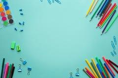 Stationära objekt på färgbakgrund St?lle f?r din text Begrepp tillbaka till skolan arkivbilder