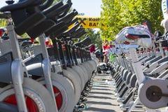 Stationäre spinnende Fahrradreihen Stockfotos