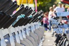 Stationäre spinnende Fahrradreihen Stockfoto