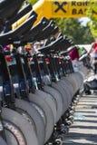 Stationäre spinnende Fahrradreihen Lizenzfreies Stockbild