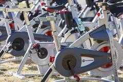 Stationäre spinnende Fahrradreihen Lizenzfreie Stockbilder