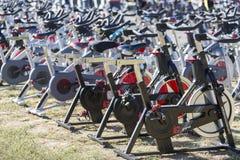 Stationäre spinnende Fahrradreihen Lizenzfreie Stockfotos
