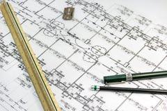 Stationäre Werkzeuge mit Architektenplan dokumentieren als Hintergrund Stockfoto