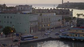 Stationärer hoher Winkel-Einspieler von Havana Cuba an der Dämmerung stock video