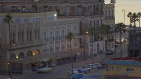 Stationärer hoher Winkel-Einspieler von Havana Cuba an der Dämmerung stock footage