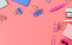 Stationäres Konzept, flaches Foto Draufsicht der Lage von Scheren, Bleistifte Lizenzfreie Stockbilder