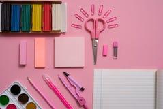 Stationäres Konzept, flaches Foto Draufsicht der Lage von Scheren, Bleistifte, Büroklammern, Taschenrechner, klebrige Anmerkung,  Stockbild