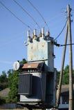 Station à haute tension de transformateur électrique contre le ciel bleu Photos stock