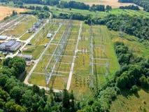 Station à haute tension de transformateur d'énergie dans la forêt, vue aérienne Photographie stock libre de droits