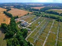 Station à haute tension de transformateur d'énergie dans la forêt, vue aérienne Photos stock