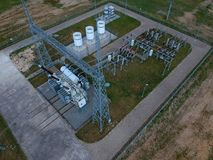 Station à haute tension de transformateur d'énergie dans la forêt, vue aérienne Photo stock