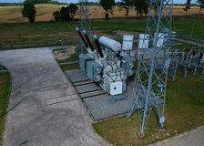 Station à haute tension de transformateur d'énergie dans la forêt, vue aérienne Image libre de droits