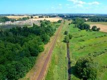 Station à haute tension de transformateur d'énergie dans la forêt, vue aérienne Photographie stock