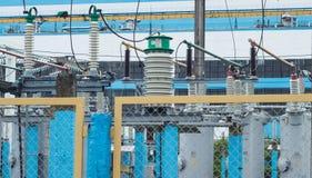 Station électrique à haute tension de transformateur, centrale  photographie stock libre de droits
