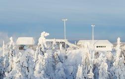 Station av skidliften på snö-täckt överkant av berget Royaltyfri Fotografi