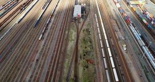 Station avec des trains et des récipients de fret clips vidéos
