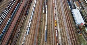 Station avec des trains et des récipients de fret banque de vidéos