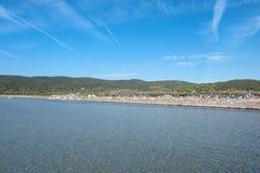 Station balnéaire sous le ciel bleu d'été Photo stock