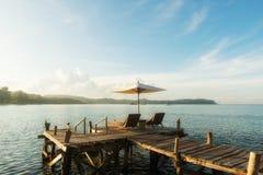 Station balnéaire tropicale avec des chaises longues et des parapluies à Phuket, Thaïlande Photos libres de droits