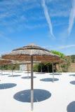 Station balnéaire vide sous le ciel bleu d'été Photographie stock libre de droits
