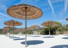 Station balnéaire vide sous le ciel bleu d'été Photographie stock