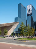 Station centrale de Rotterdam et immeuble de bureaux ayant beaucoup d'étages Photographie stock libre de droits