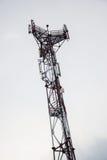 Station d'émetteur-récepteur basse et x28 ; BTS& x29 ; l'antenne étant isolé sur le fond de ciel bleu Cellules de tour hertzienne Photos stock