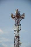 Station d'émetteur-récepteur basse et x28 ; BTS& x29 ; l'antenne étant isolé sur le fond de ciel bleu Cellules de tour hertzienne Photos libres de droits