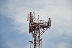 Station d'émetteur-récepteur basse et x28 ; BTS& x29 ; l'antenne étant isolé sur le fond de ciel bleu Cellules de tour hertzienne Image libre de droits