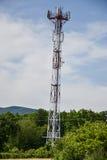 Station d'émetteur-récepteur basse et x28 ; BTS& x29 ; l'antenne étant isolé sur le fond de ciel bleu Cellules de tour hertzienne Photographie stock libre de droits